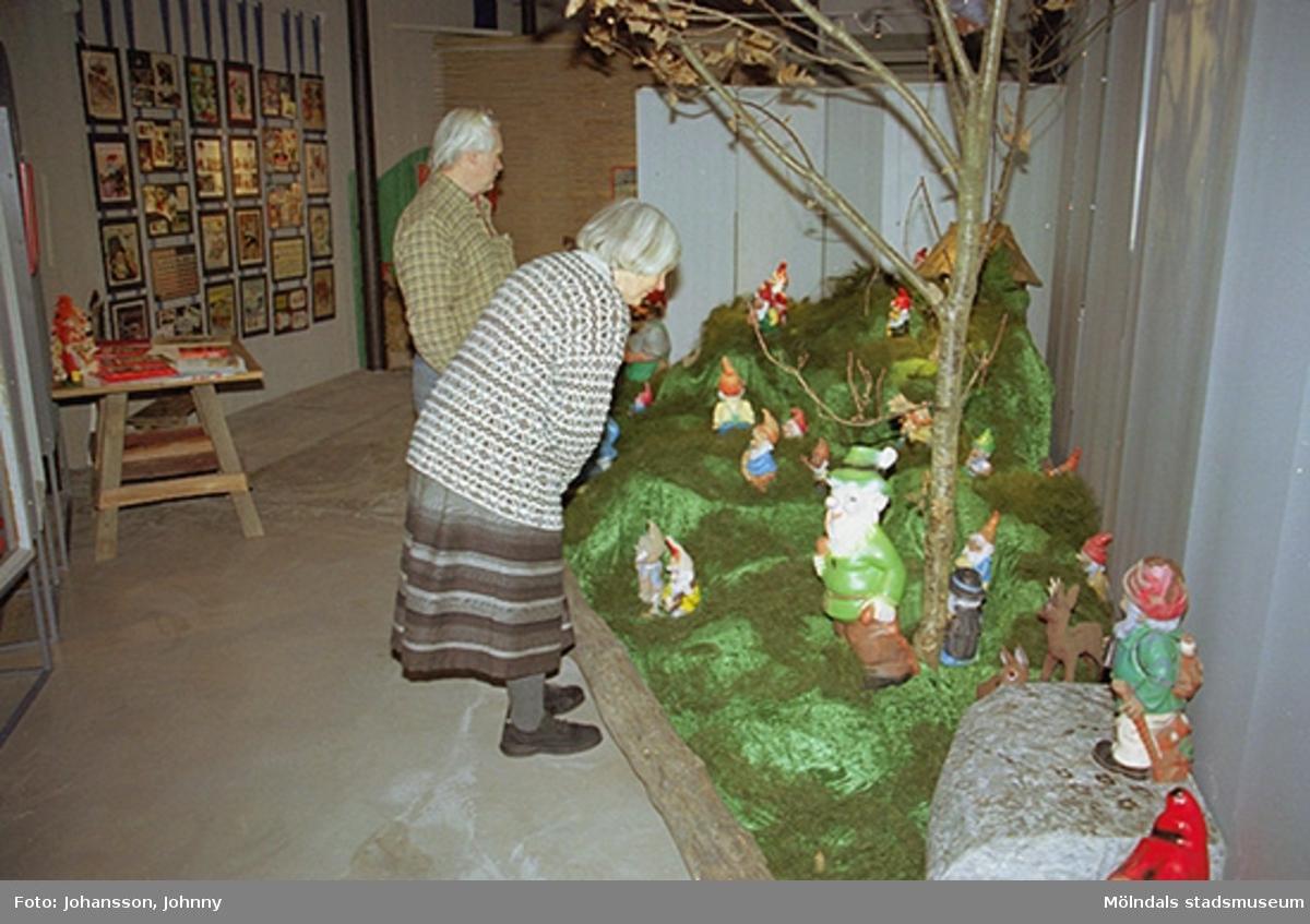 Invigningen på Mölndals museum 2002-11-30.Besökare som tittar på trädgårdstomtar.Tomteutställningen: 30/11-02 - 1/1-03.