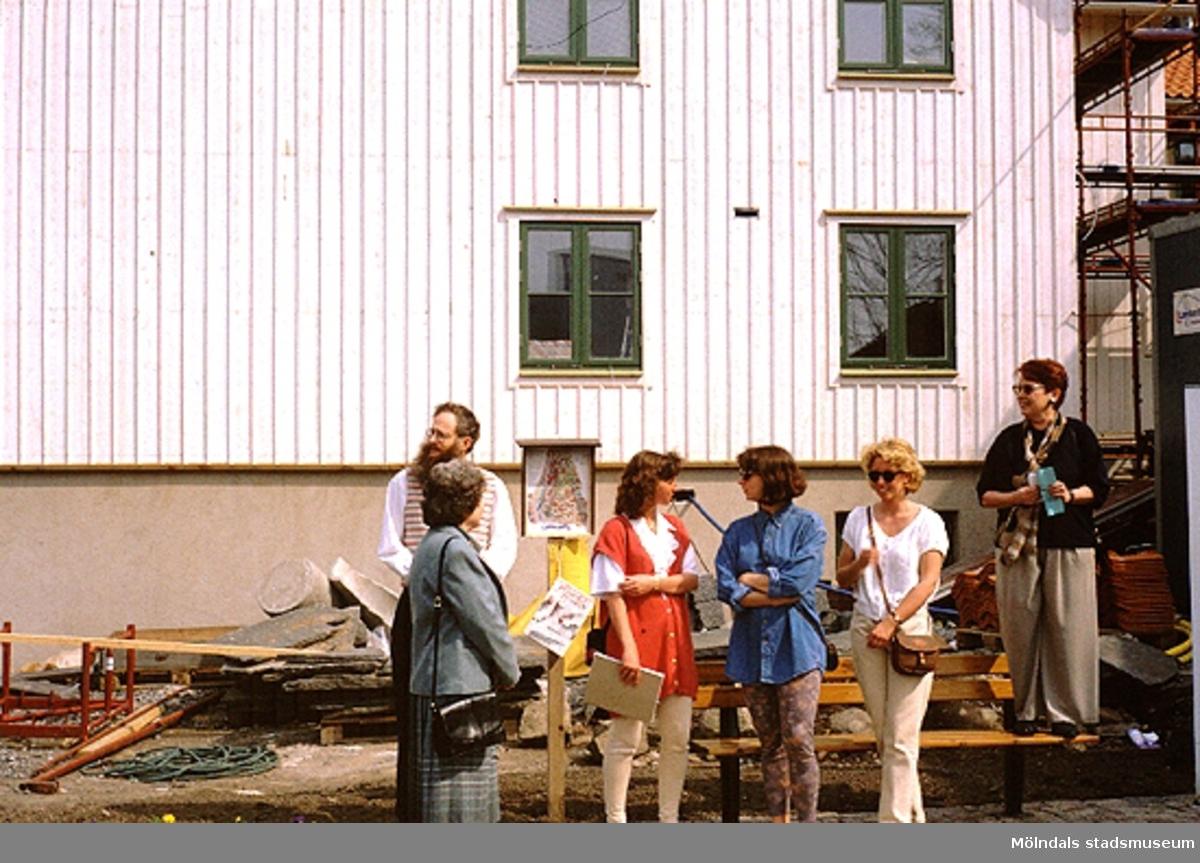 Folksamling vid Lyktplatsen i Kvarnbyn. Gatlyktan invigs på Kvarnbydagen 25/4 1993. Mannen till vänster är Lars Gahrn. Den vita byggnaden i bakgrunden är Korndal 2.