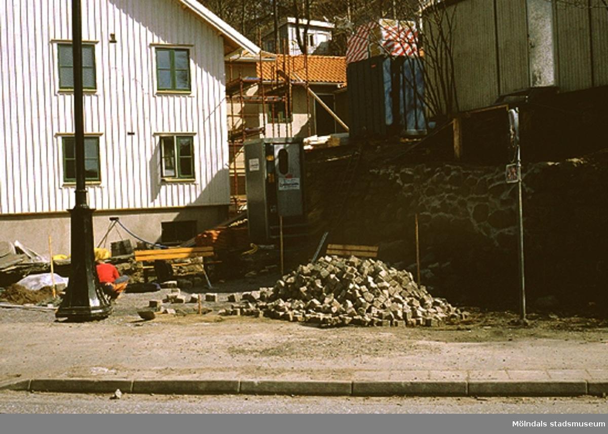 Stensättning vid Lyktplatsen, Norra Forsåkersgatan i Kvarnbyn, april 1993. Den vita fastigheten är Götaforsliden 4 (Korndal 2). Relaterade motiv: 2003_0371 - 0374.