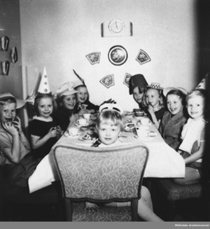 Torrekulla 1948. Julkalas hos Christer och Göran Andersson.Från vänster sitter Göran Andersson, Eva Pettersson, Agneta, Mona Henberg,Margit Söderhammar, Gunilla Lagreström, ?, Christer Andersson och längst fram sitter Dan Bernhardsson.Eva är storasyster till givaren, Karin Hansson f Pettersson.