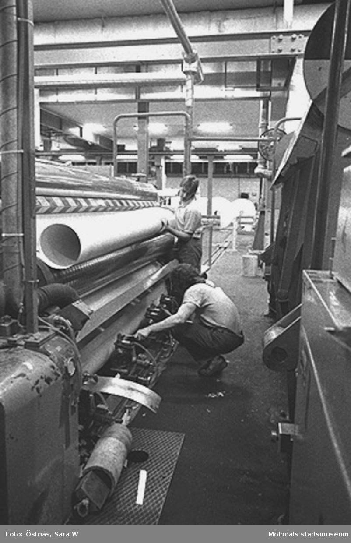 Arbetare vid pappersmaskinen.Bilden ingår i serie från produktion och interiör på pappersindustrin Papyrus.