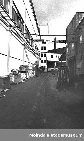 Exteriör från Papyrus. Bilden ingår i serie från produktion och interiör på pappersindustrin Papyrus, 1980-talet.