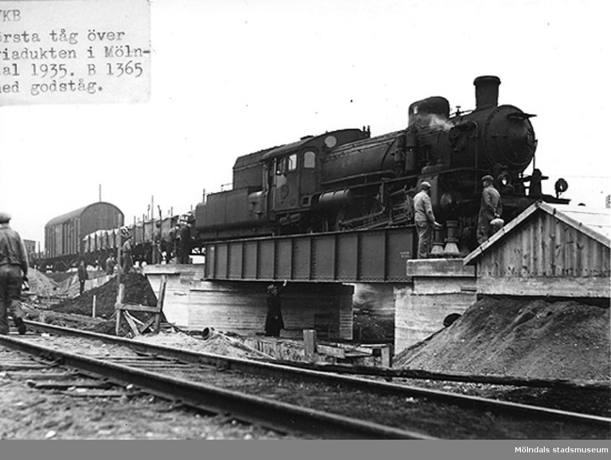 Första tåget över viadukten i Mölndal, 1935.