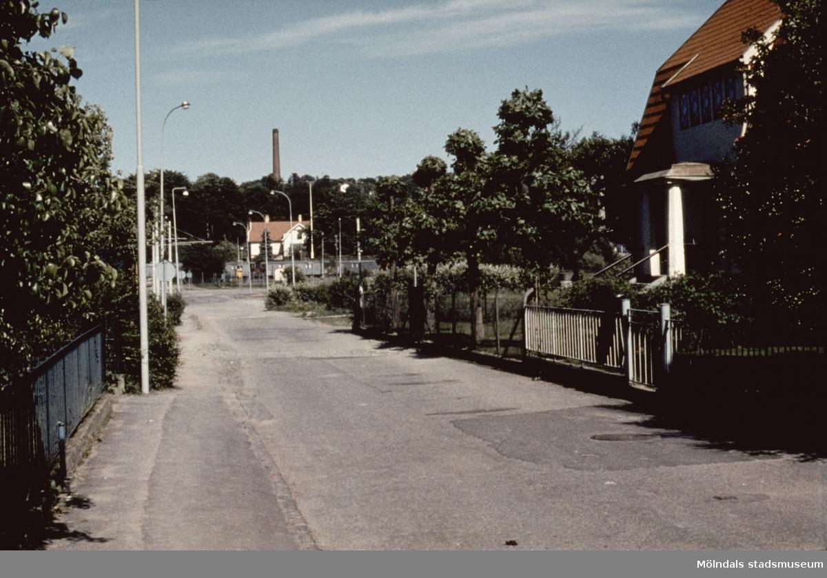 Gatuvy från Broslätt i Mölndal, 1970-tal.