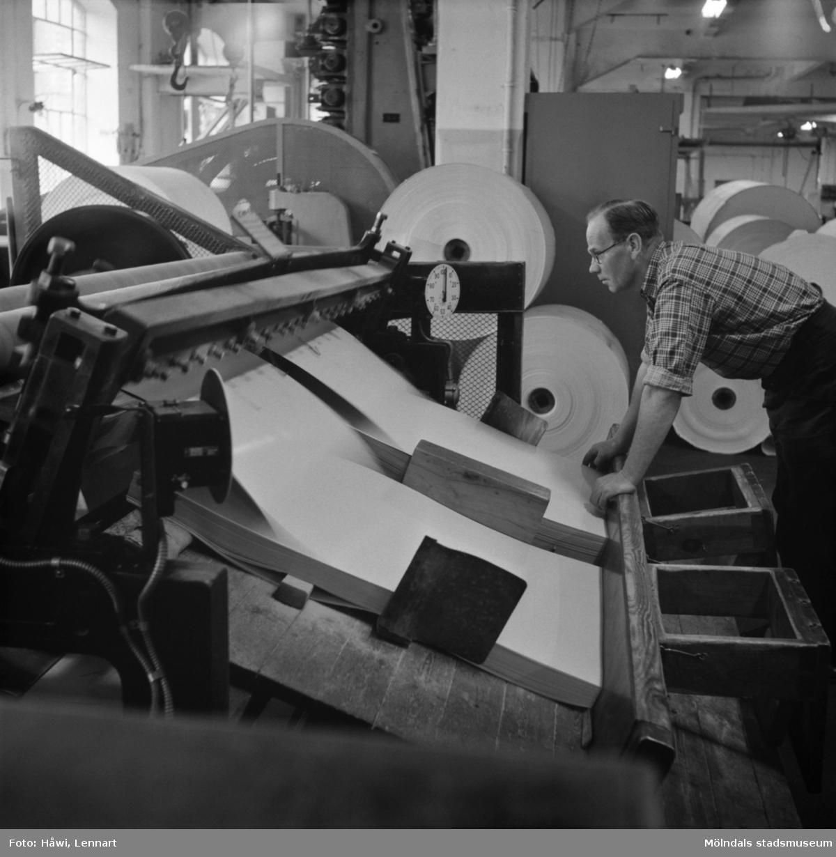 Man i arbete vid klipp nr 13 på Papyrus i Mölndal, 6/5 1955.