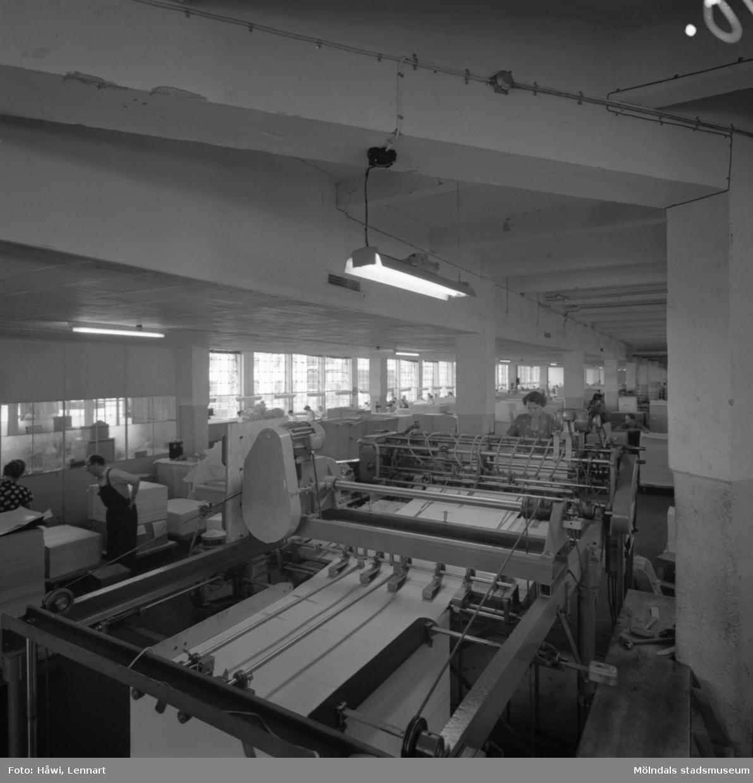 Kvinna i arbete vid sorteringsmaskin på Papyrus i Mölndal, 12/9 1956.
