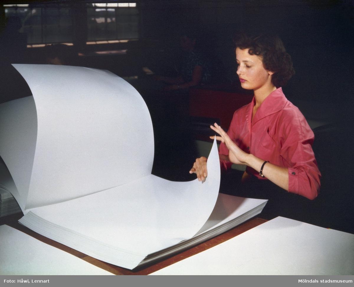 Kvinna i arbete i sortersalen på Papyrus i Mölndal, 28/10 1960.