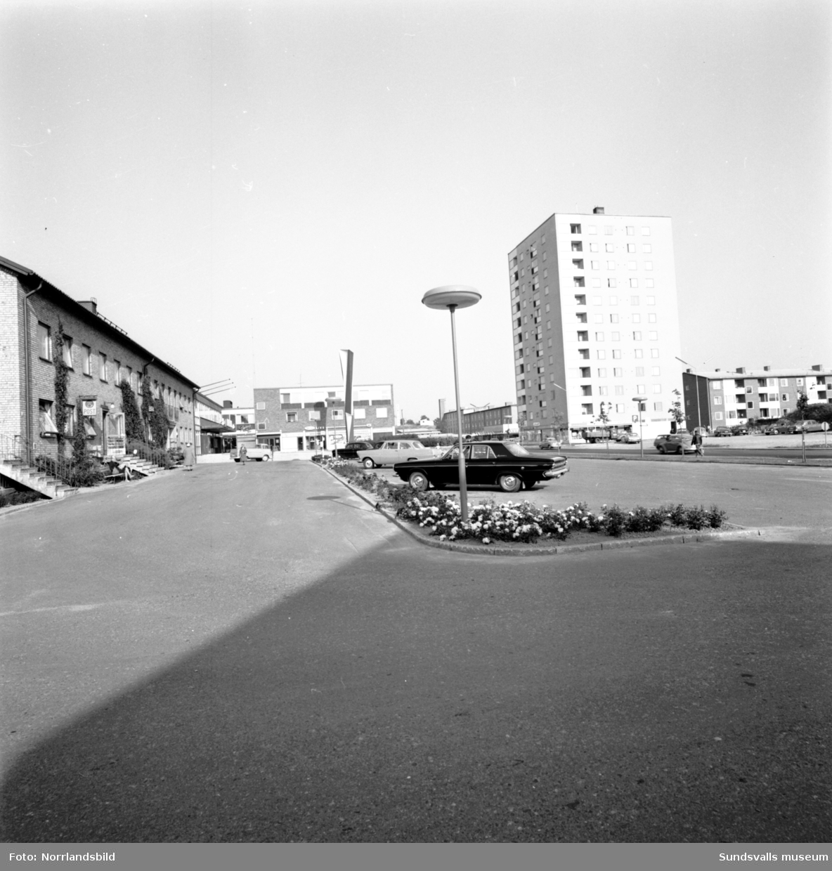 Skönsbergs centrum med biblioteket, Folkets hus och höghuset.