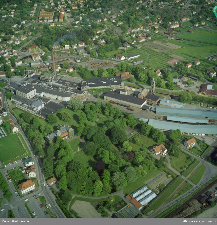 Flygfoto över Papyrus fabriksområde i Mölndal, 9/6 1969. I övre högra hörnet syns Yngeredsfors fruktodlingar.