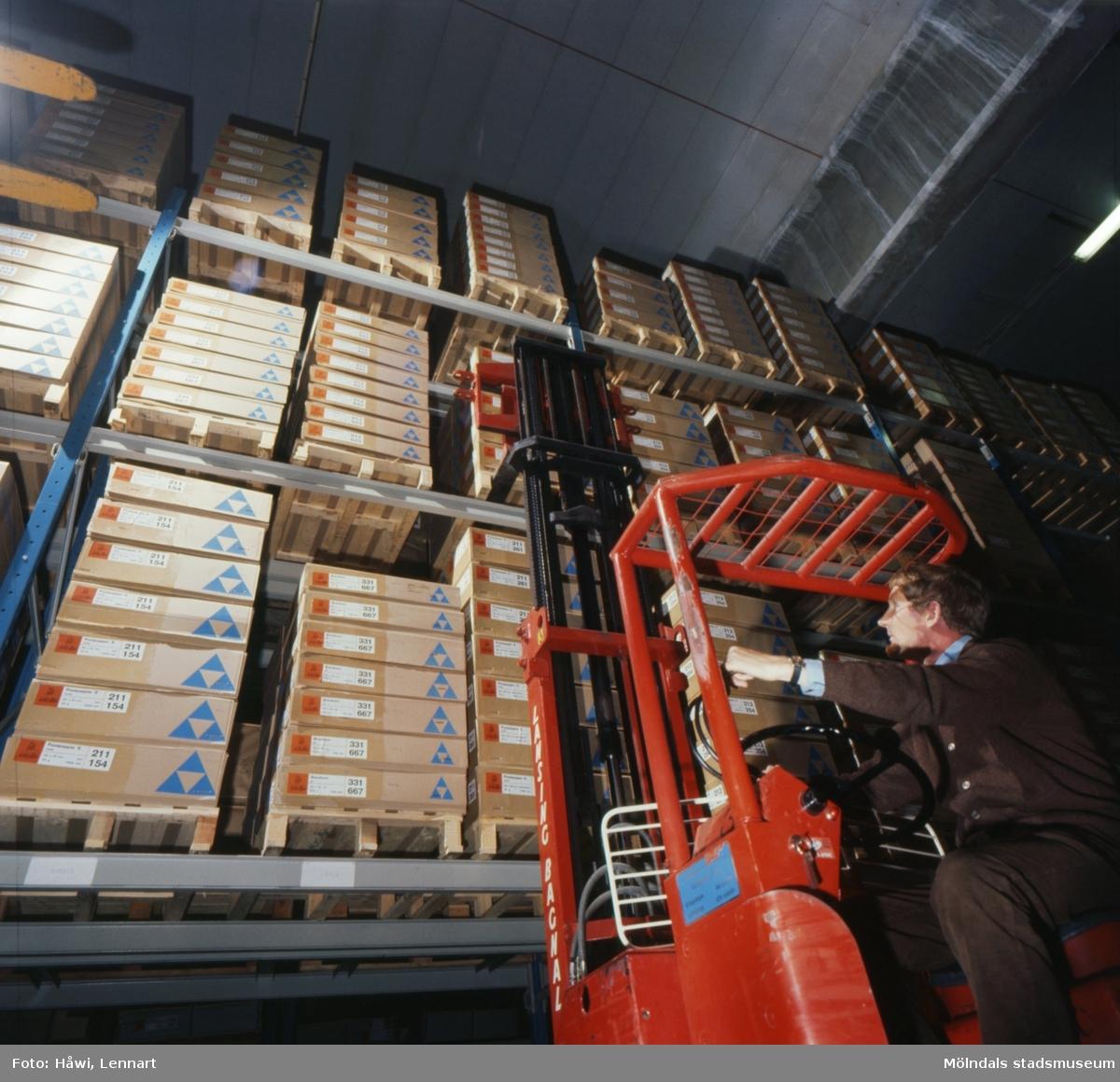 Man i arbete med truck i lager på Papyrus i Mölndal, år 1970.