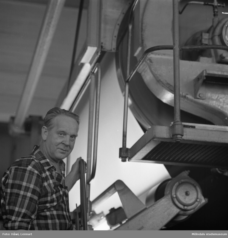 Anton Tingstedt i arbete vid maskin på Papyrus i Mölndal, 23/9 1970.
