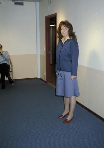"""Visning av uniform för kvinnlig brevbärare, början av 1980-talet. Se broschyr """"Brevbärarnas nya kläder"""" från Postens Inköpscentral (PIC)."""