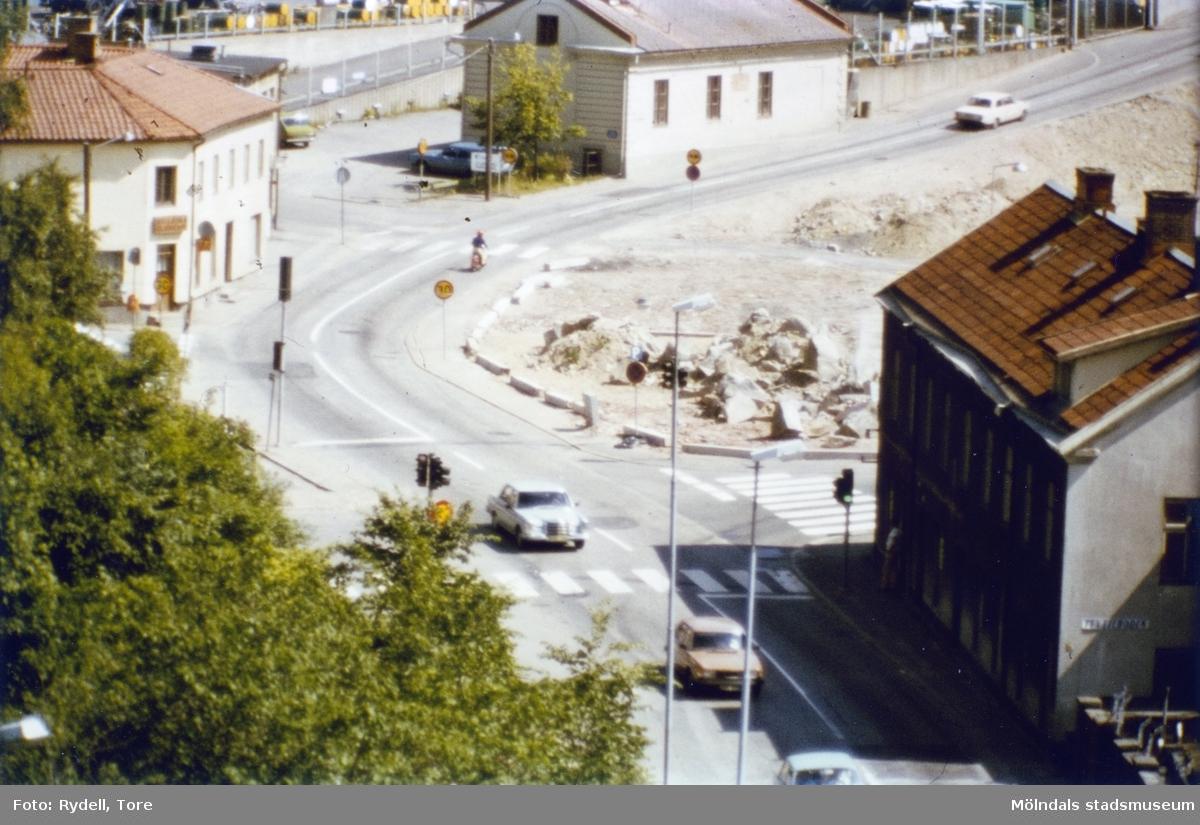 Vy mot backen Kråkan sett från Kvarnbygatan. Till vänster ses Kvarnbygatan 45, i mitten Götiska Förbundets skola med nr 49 samt till höger nr 4. Nummer 6 har rivits.Fotografi ur album som tillhört Christina Rydell. Bilderna i albumen är delvis från Papyrus där Christinas far Tore Rydell arbetade, men också från Kvarnbyn, Ryet och folkliv i Mölndal. Tore tog ofta med sig kameran till Papyrus där han fotograferade sina arbetskamrater i arbete, men också fester och föreningsliv.