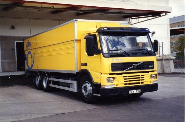 """Modell: Volvo FM7 6X2. Årsmodell: 1999. Ägare: Poståkeriet Sverige AB, Kalhäll, Järfälla. Luftfjädringen runt om anpassar bilen efter olika brygghöjder. """"Den inkopplingsbara förstärkarna motorbromsen på denna vagntyp fungerar bättre än på """"långskorporna"""", där den forcerar nedväxlingarna väl mycket (subjektivt tyckande)."""""""