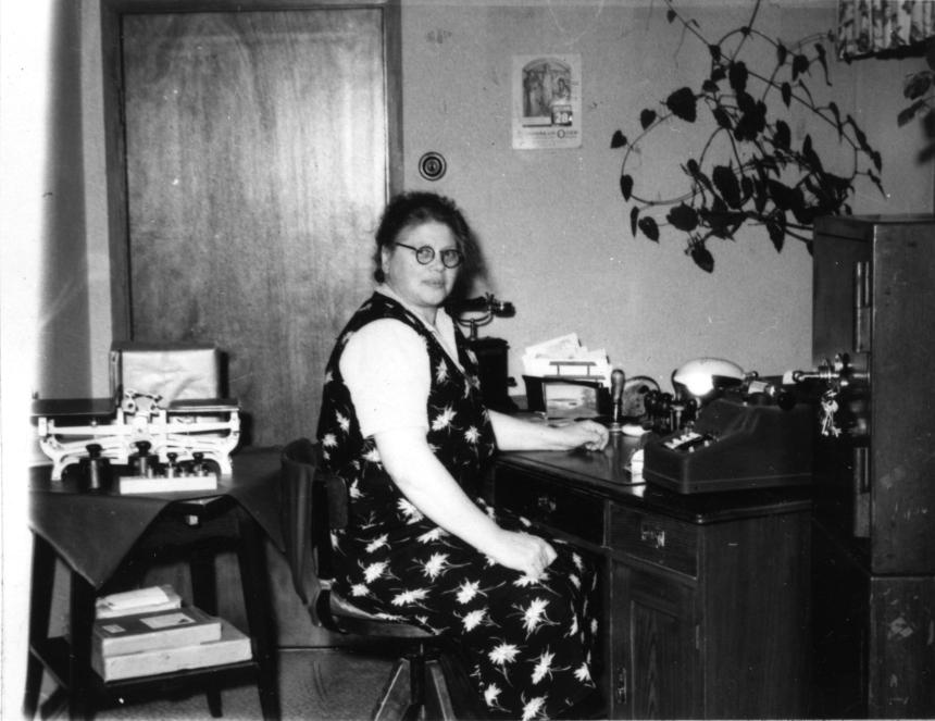 Vid skrivbordet poststationsföreståndarinnan Eva Hanner. Poststationen i Bollerup inrättades 1874 och drogs in 1979.