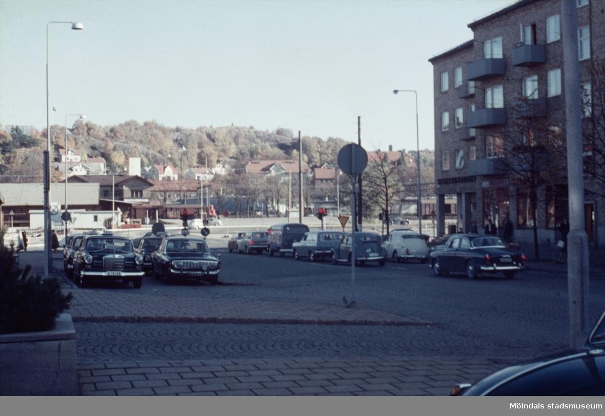 Vy från Tempelgatan mot gatans korsning med Göteborgsvägen i Mölndal, 1970-tal.