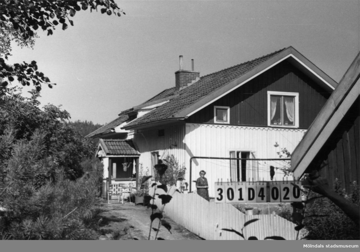 Byggnadsinventering i Lindome 1968. Inseros 1:7. Hus nr: 301D4020. Benämning: fritidshus och ladugård. Kvalitet: god. Material: trä. Tillfartsväg: framkomlig. Renhållning: soptömning.