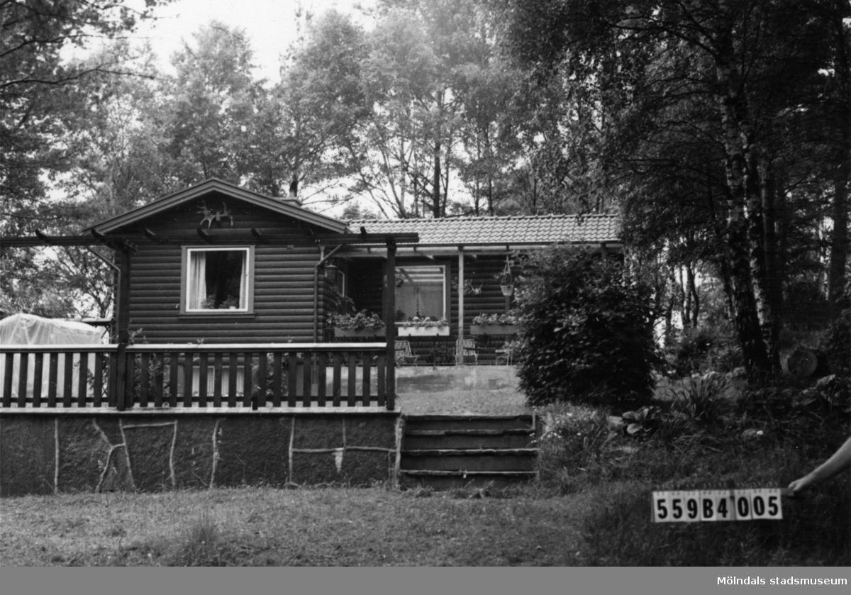 Byggnadsinventering i Lindome 1968. Torkelsbohög 1:26. Hus nr: 559B4005. Benämning: fritidshus och redskapsbod. Kvalitet: mycket god. Material: trä. Tillfartsväg: framkomlig. Renhållning: ej soptömning.