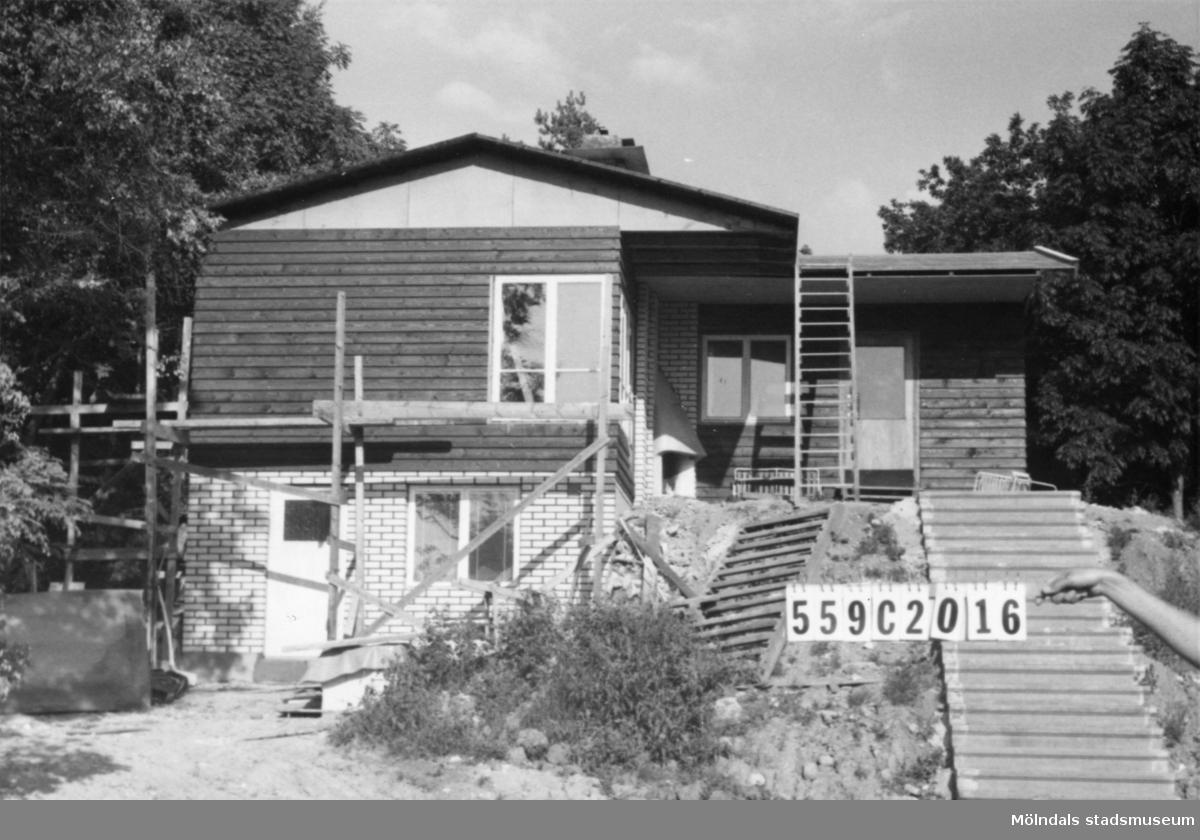 Byggnadsinventering i Lindome 1968. Torkelsbohög 1:34. Hus nr: 559C2016. Benämning: fritidshus och gäststuga. Kvalitet, fritidshus: mycket god. Kvalitet, gäststuga: mindre god. Material, fritidshus: trä, kalksand. Material, gäststuga: trä. Tillfartsväg: framkomlig.