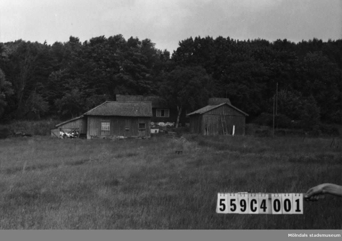 Byggnadsinventering i Lindome 1968. Gastorp 2:31. Hus nr: 559C4001. Benämning: permanent bostad och fyra redskapsbodar. Kvalitet, bostadshus: mindre god. Kvalitet, redskapsbodar: dålig. Material: trä. Tillfartsväg: framkomlig.