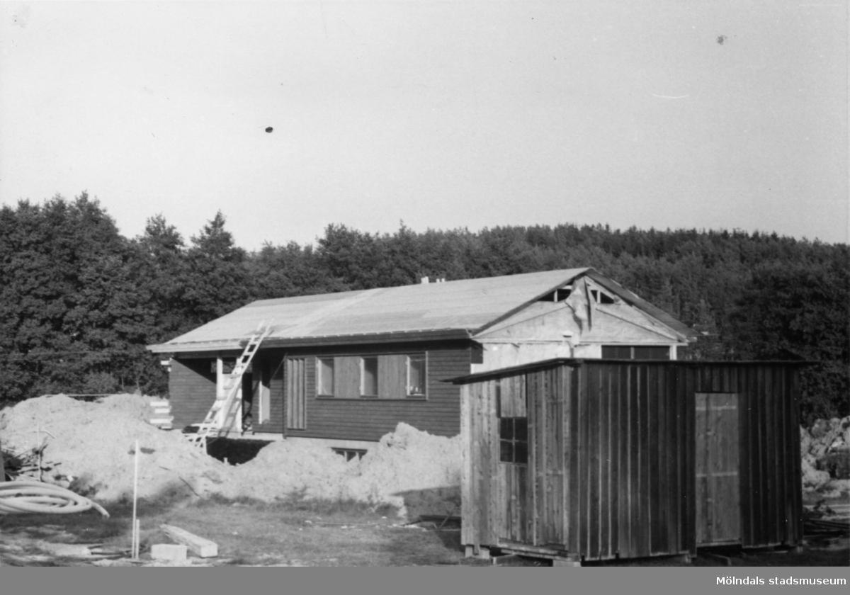 Byggnadsinventering i Lindome 1968. Gastorp. Hus nr: 559C4019. Benämning: fritidshus. Kvalitet: mycket god. Material: trä. Övrigt: under byggnad. Tillfartsväg: framkomlig.