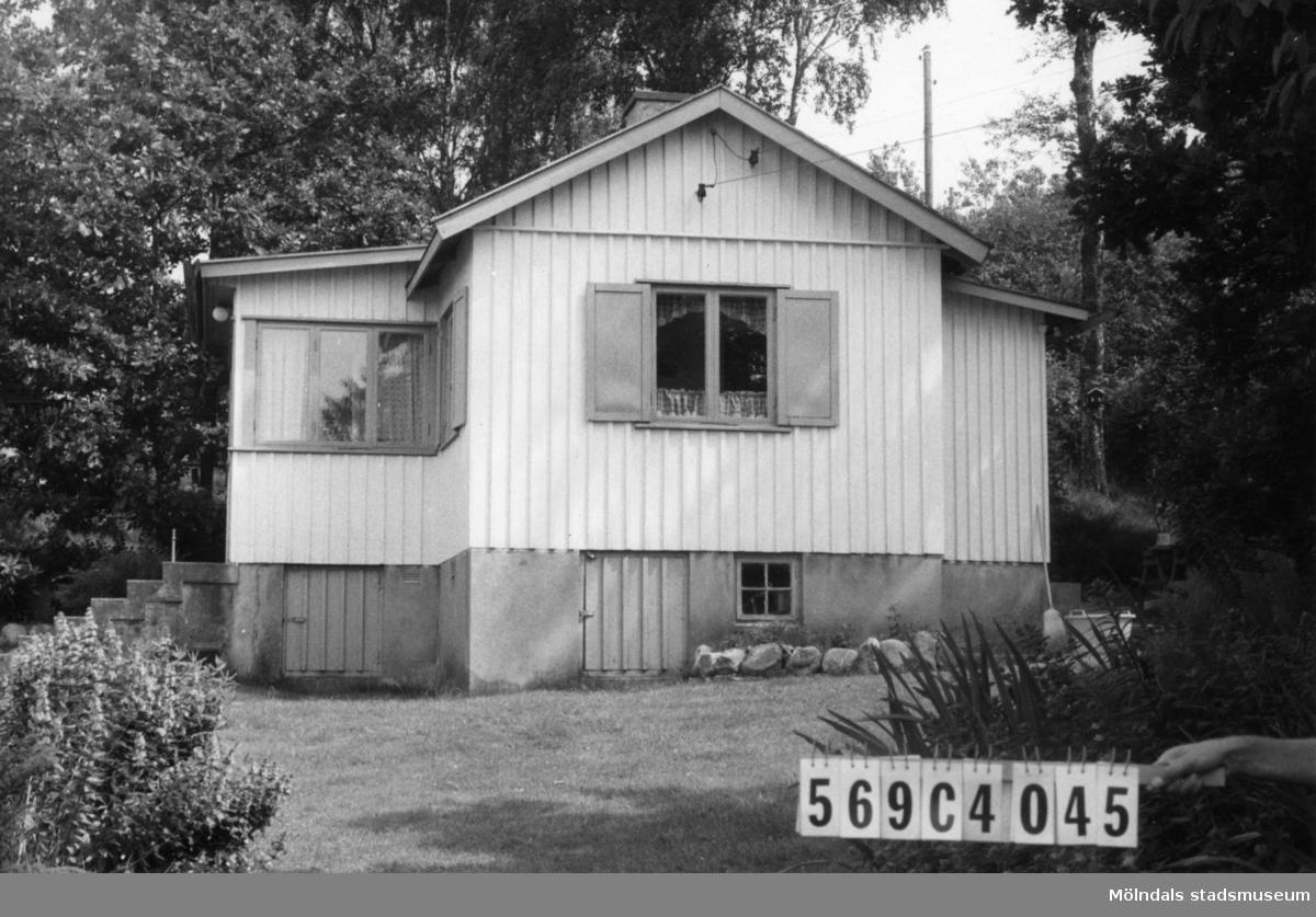 Byggnadsinventering i Lindome 1968. Gårda 2:51. Hus nr: 569C4045. Benämning: fritidshus. Kvalitet: god. Material: trä. Tillfartsväg: framkomlig. Renhållning: soptömning.