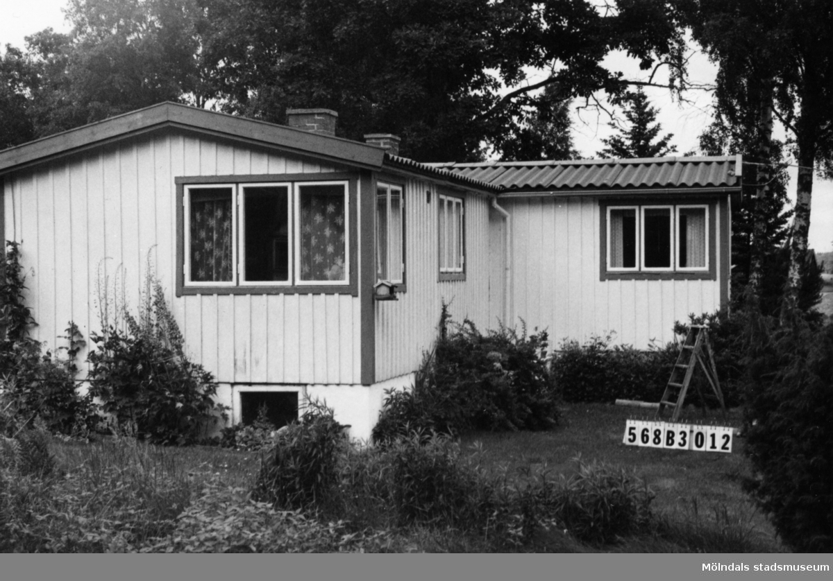 Byggnadsinventering i Lindome 1968. Skäggered 1:22. Hus nr: 568B3012. Benämning: fritidshus, redskapsbod och lekstuga. Kvalitet, fritidshus och lekstuga: god. Kvalitet, redskapsbod: mindre god. Material: trä. Övrigt: välordnad tomt i skogen. Tillfartsväg: framkomlig. Renhållning: ej soptömning.