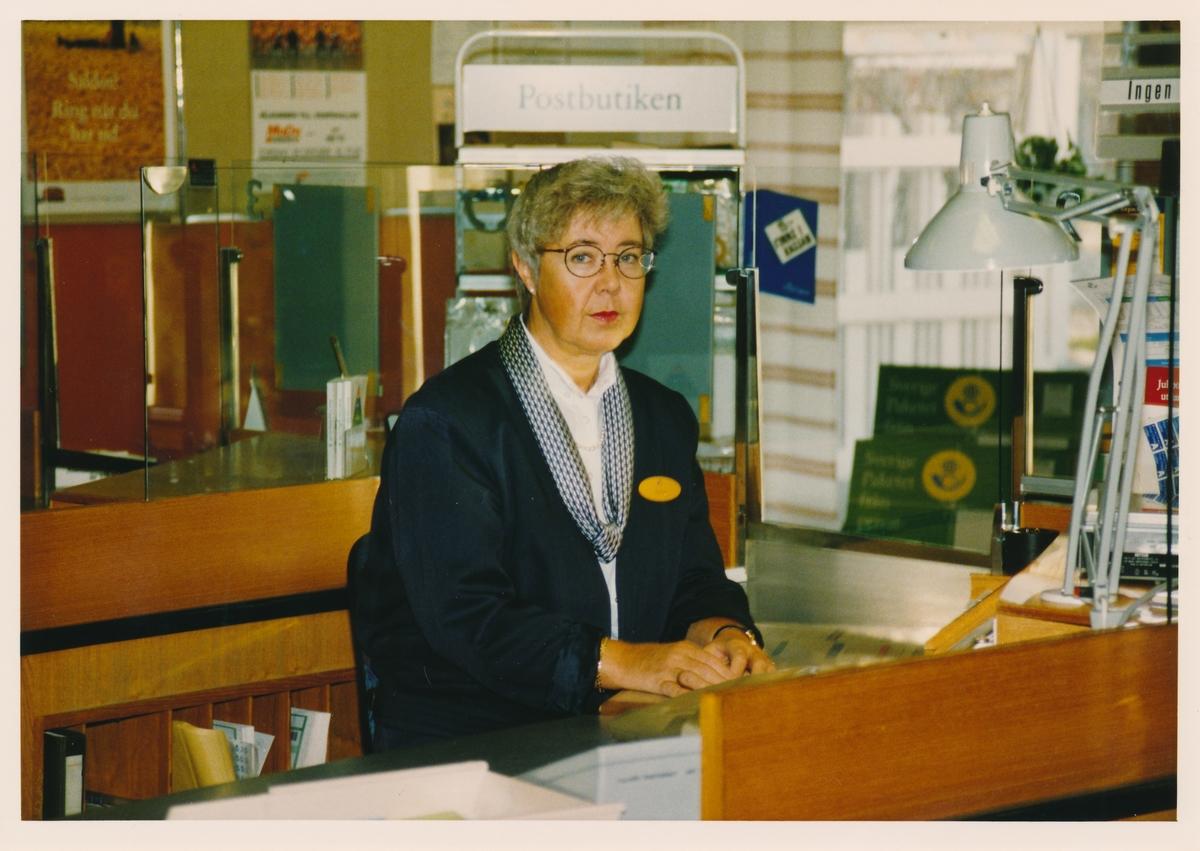 Postmästare Anita Söderström vid kassadisken, Postkontoret Köpmanholmen, 1993.