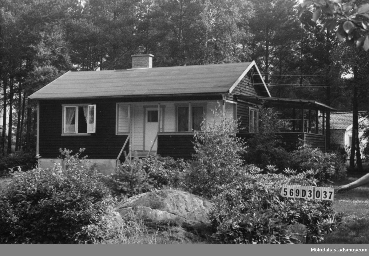 Byggnadsinventering i Lindome 1968. Berget 1:48. Hus nr: 569D3037. Benämning: fritidshus och redskapsbod. Kvalitet. fritidshus: mycket god. Kvalitet, redskapsbod: god. Material: trä. Tillfartsväg: framkomlig. Renhållning: soptömning.
