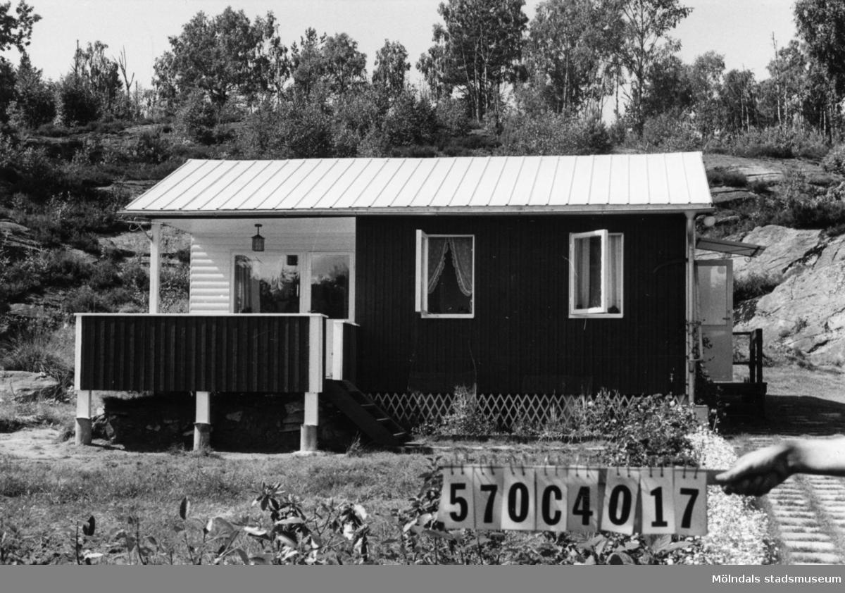 Byggnadsinventering i Lindome 1968. Dvärred (7:1). Hus nr: 570C4017. Benämning: fritidshus. Kvalitet: mycket god. Material: trä. Tillfartsväg: ej framkomlig.