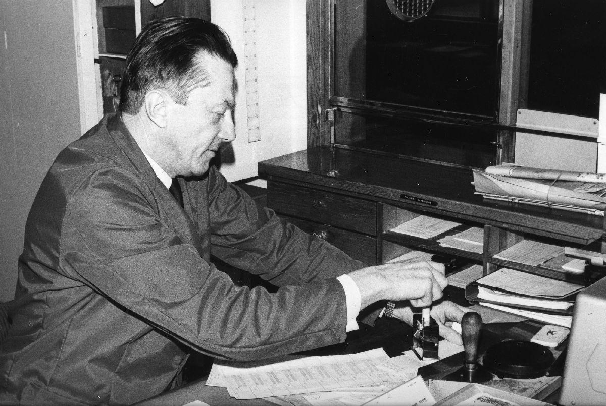 Torsten Karlsson är förutom förste järnvägsexpeditor också poststationsföreståndare i Gemla. Ca 1976.