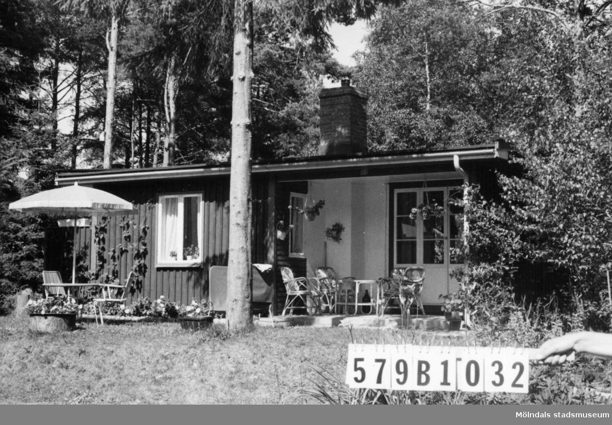 Byggnadsinventering i Lindome 1968. Lindome 3:35. Hus nr: 579B1032. Benämning: fritidshus och garagetak. Kvalitet, fritidshus: mycket god. Kvalitet, garagetak: god. Material: trä. Tillfartsväg: framkomlig. Renhållning: soptömning.