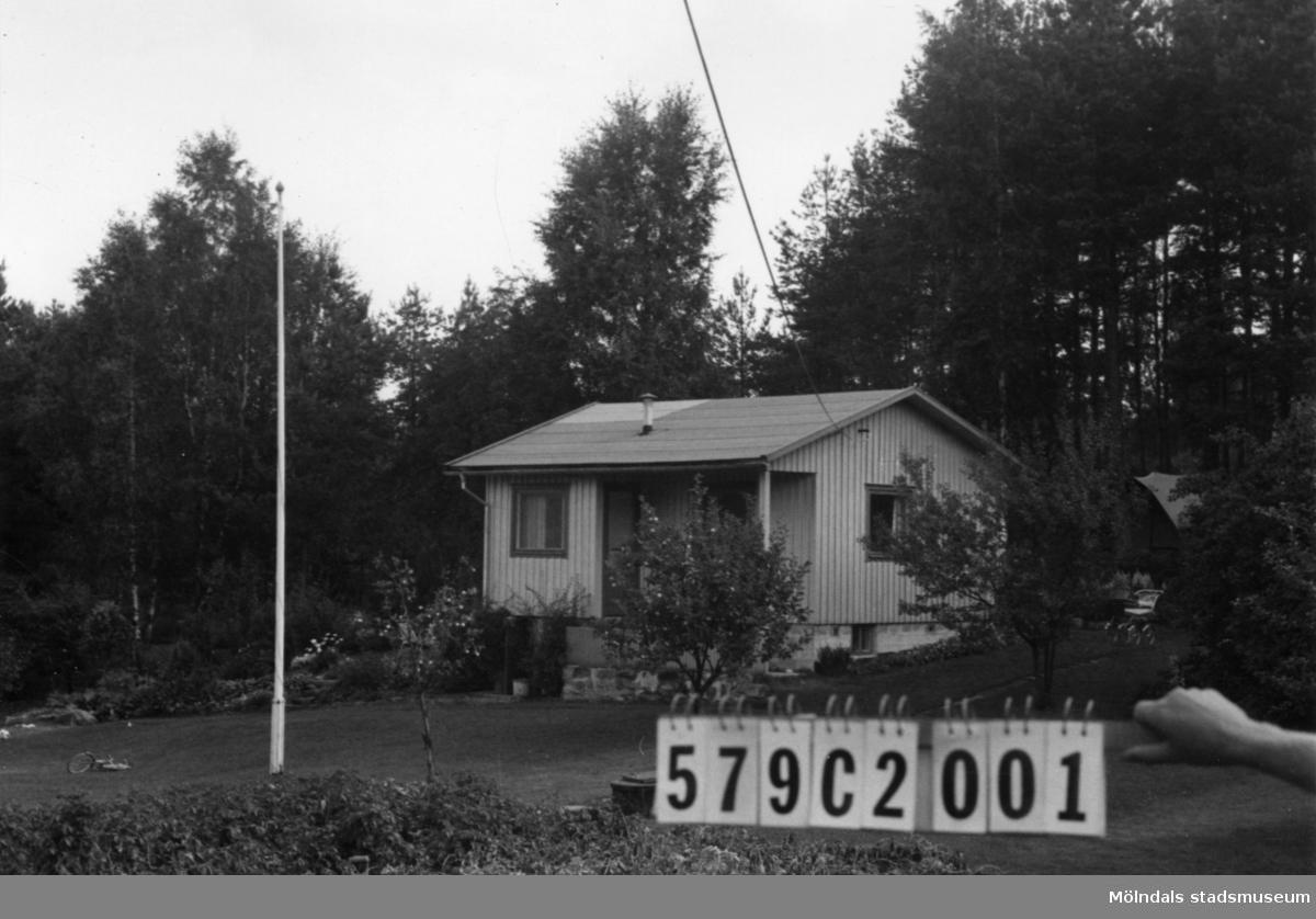 Byggnadsinventering i Lindome 1968. Hassungared 4:4. Hus nr: 579C2001. Benämning: fritidshus och redskapsbod. Kvalitet, fritidshus: god. Kvalitet, redskapsbod: mindre god. Material: trä. Tillfartsväg: framkomlig.