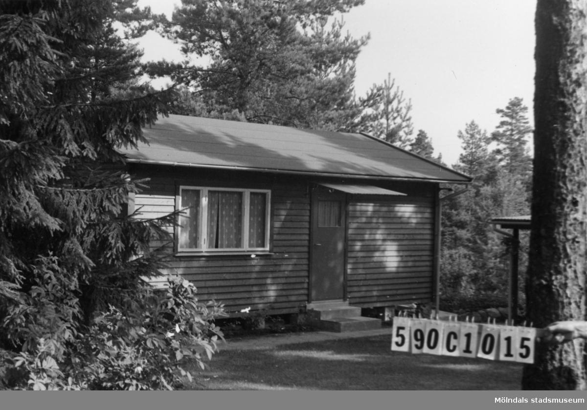 Byggnadsinventering i Lindome 1968. Hällesåker 3:70. Hus nr: 590C1015. Benämning: fritidshus och gäststuga. Kvalitet: mycket god. Material: trä. Övrigt: gäststuga bygges till. Tillfartsväg: framkomlig. Renhållning: soptömning.