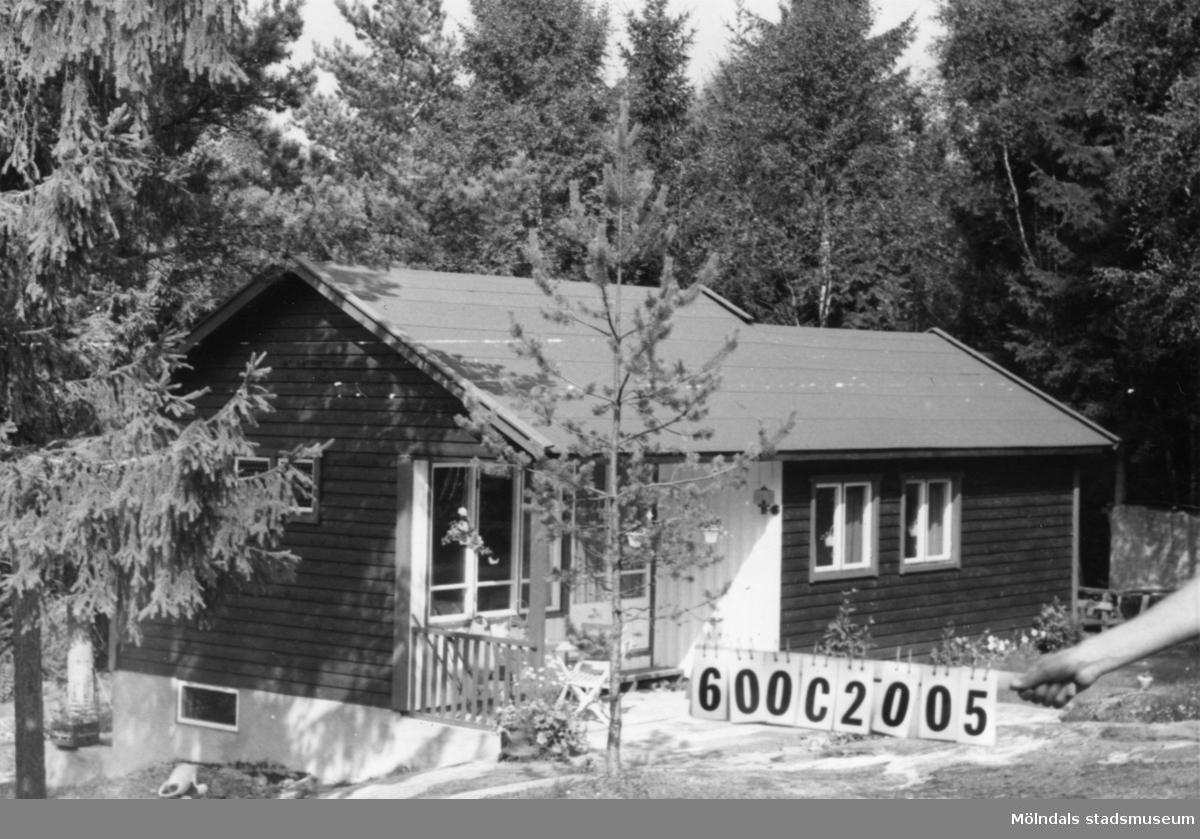 Byggnadsinventering i Lindome 1968. Strekered 1:21. Hus nr: 600C2005. Benämning: fritidshus och redskapsbod. Kvalitet, bostadshus: mycket god. Kvalitet, redskapsbod: god. Material: trä. Tillfartsväg: framkomlig. Renhållning: soptömning.
