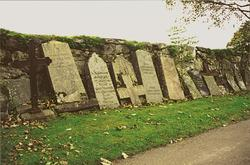 Gravstenar vid Lindomes kyrkomur. Lindome 11:1.