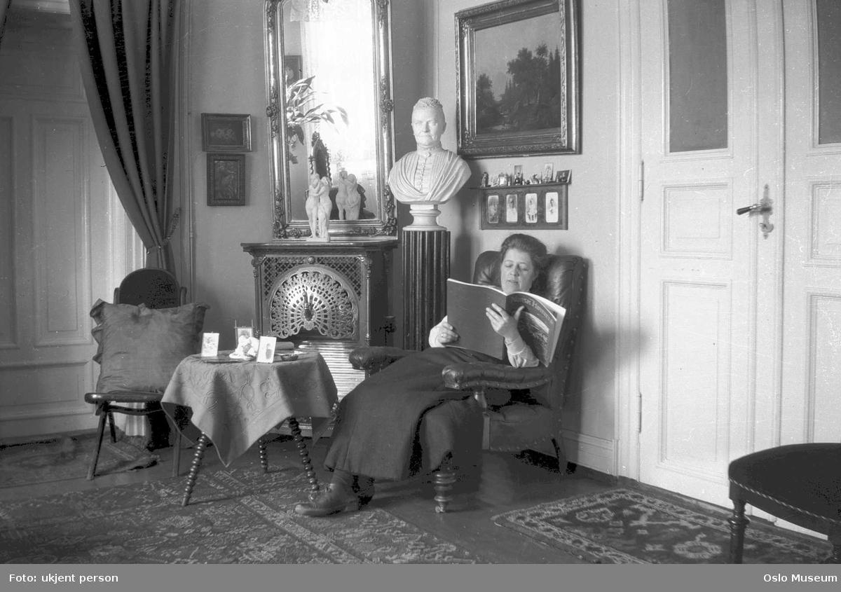 interiør, stue, kvinne, lesning, portrettbyste, malerier, speil