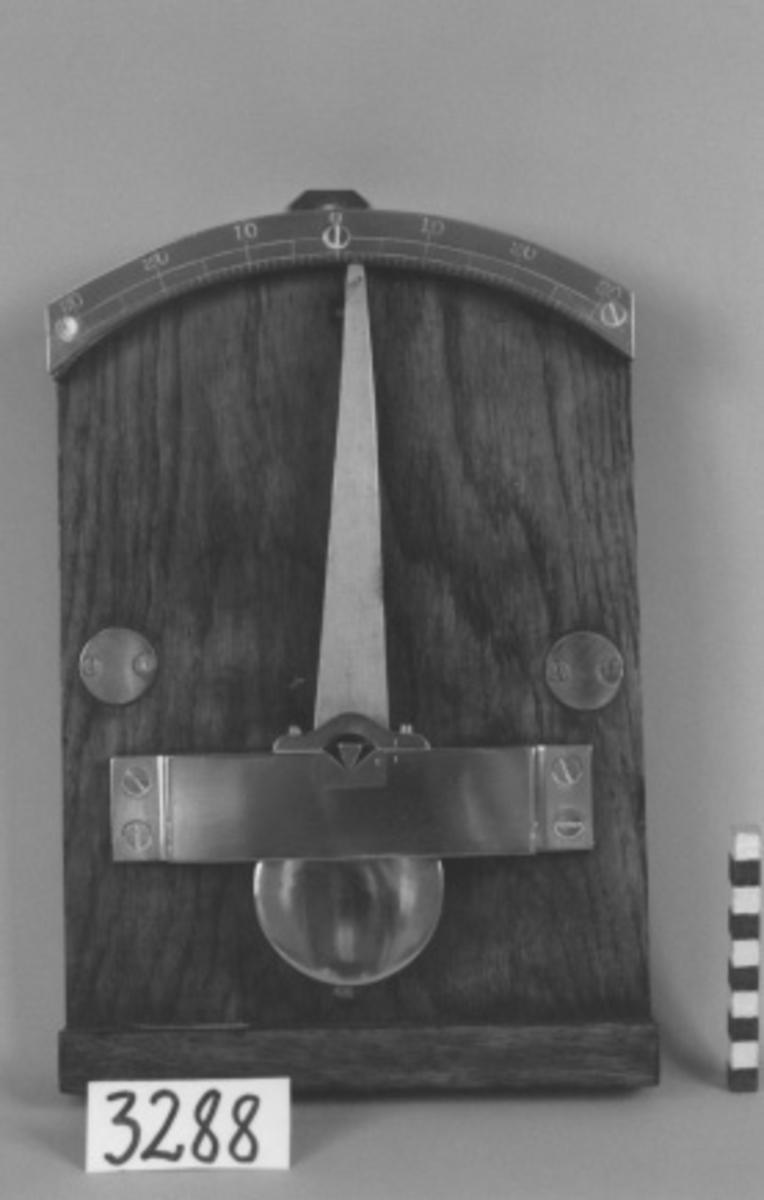 Krängningskvadrant. Märkt: H 26. Material: Trä, järn.