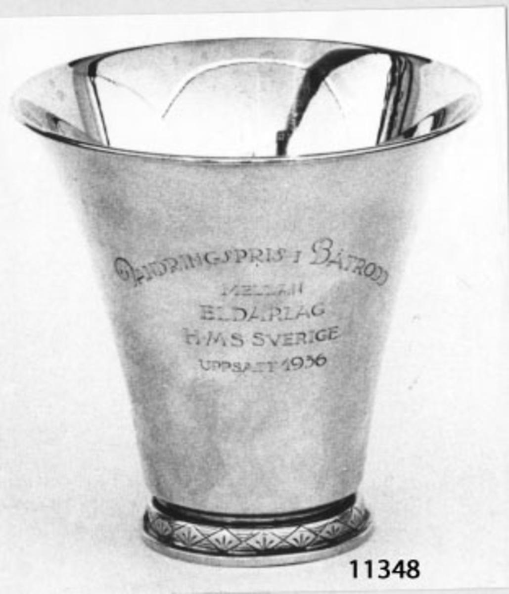 Bägare av silver. Inskription (textad): Vandringspris i Båtrodd mellan Eldarlag H M S Sverige. Uppsatt 1936.