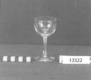 Vinglas för starkvin, 7 ½ cl. Tillverkad vid Kosta glasbruk. Etsning i glaset: Ankare med kronor.