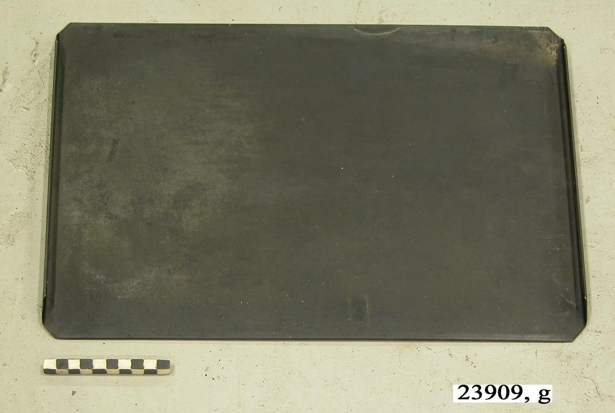 Platt plåt med vikta kanter.