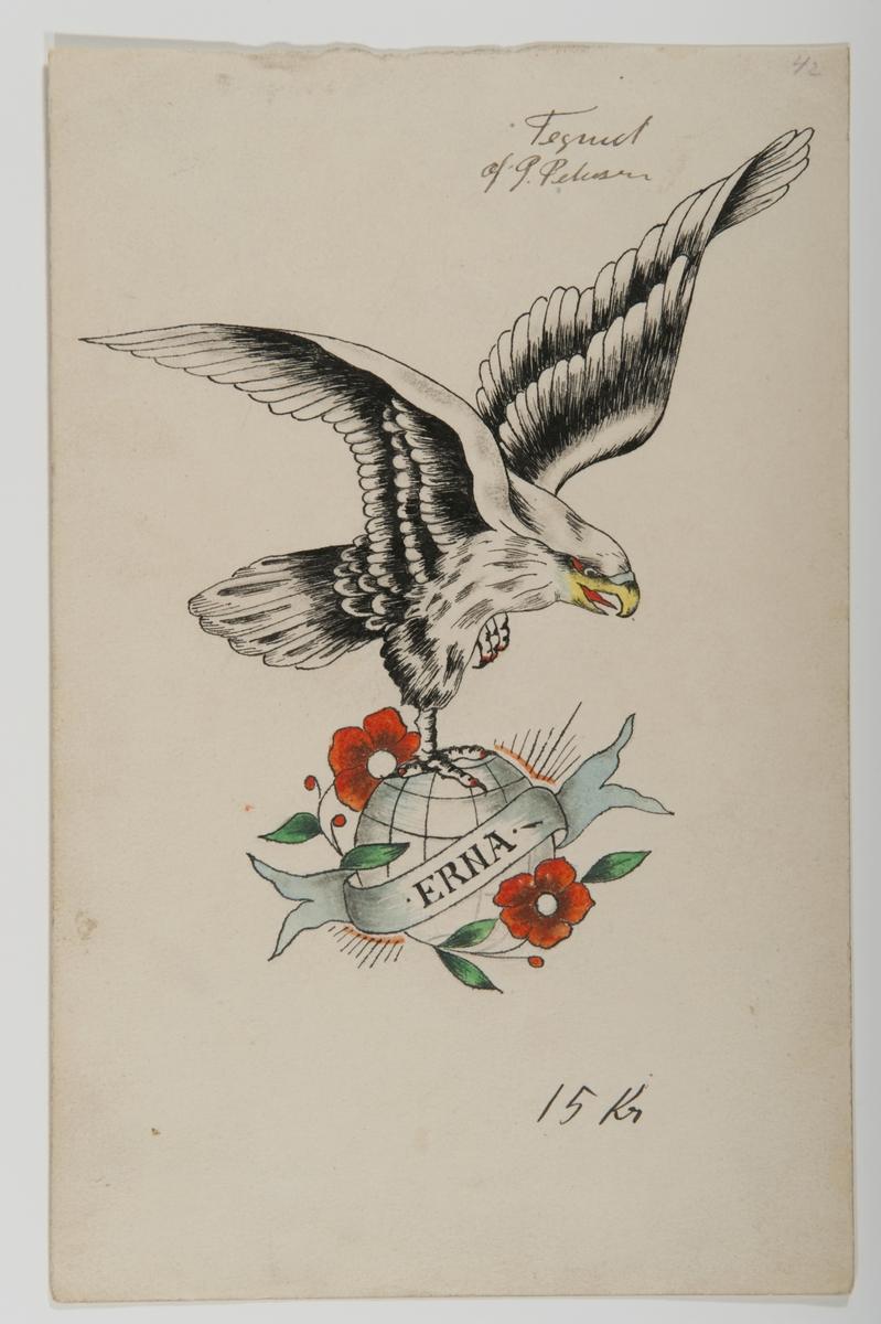 """Tatueringsförlaga. Rovfågel i grått och svart stående på en jordglob dekorerad med två blommor. Framför globen en banderoll med påskriften """"ERNA"""".  """"Sjömännen reste över hela världen, något som gick att uttrycka med tatueringar. Ofta finns ingen förklaring till motiven, utan det kan handla om att förmedla en känsla. Kanske kan detta vara en symbol för frihet. Globen är ett vanligt motiv, liksom den amerikanska vithövdade örnen. I det här fallet rör det sig troligen iställlet om en falk, vilket är ovanligt.""""  Text från appen """"Tatuera dig med Sjöhistoriska"""" som gjordes i samband med utställningen Tro, hopp och kärlek 2012."""