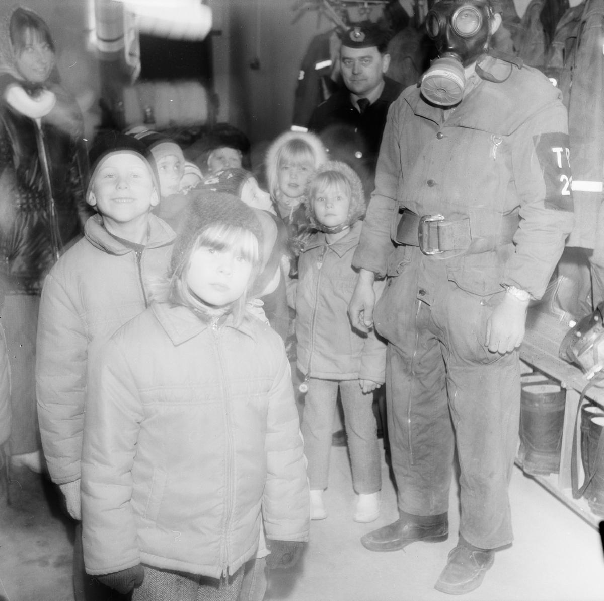 Förskolebarn besöker brandkåren i Tierp, Uppland maj 1971