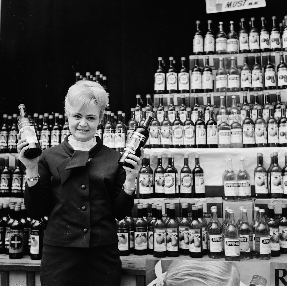 Vivi Elfstig med druvsaftsflaskor på hälsomässan