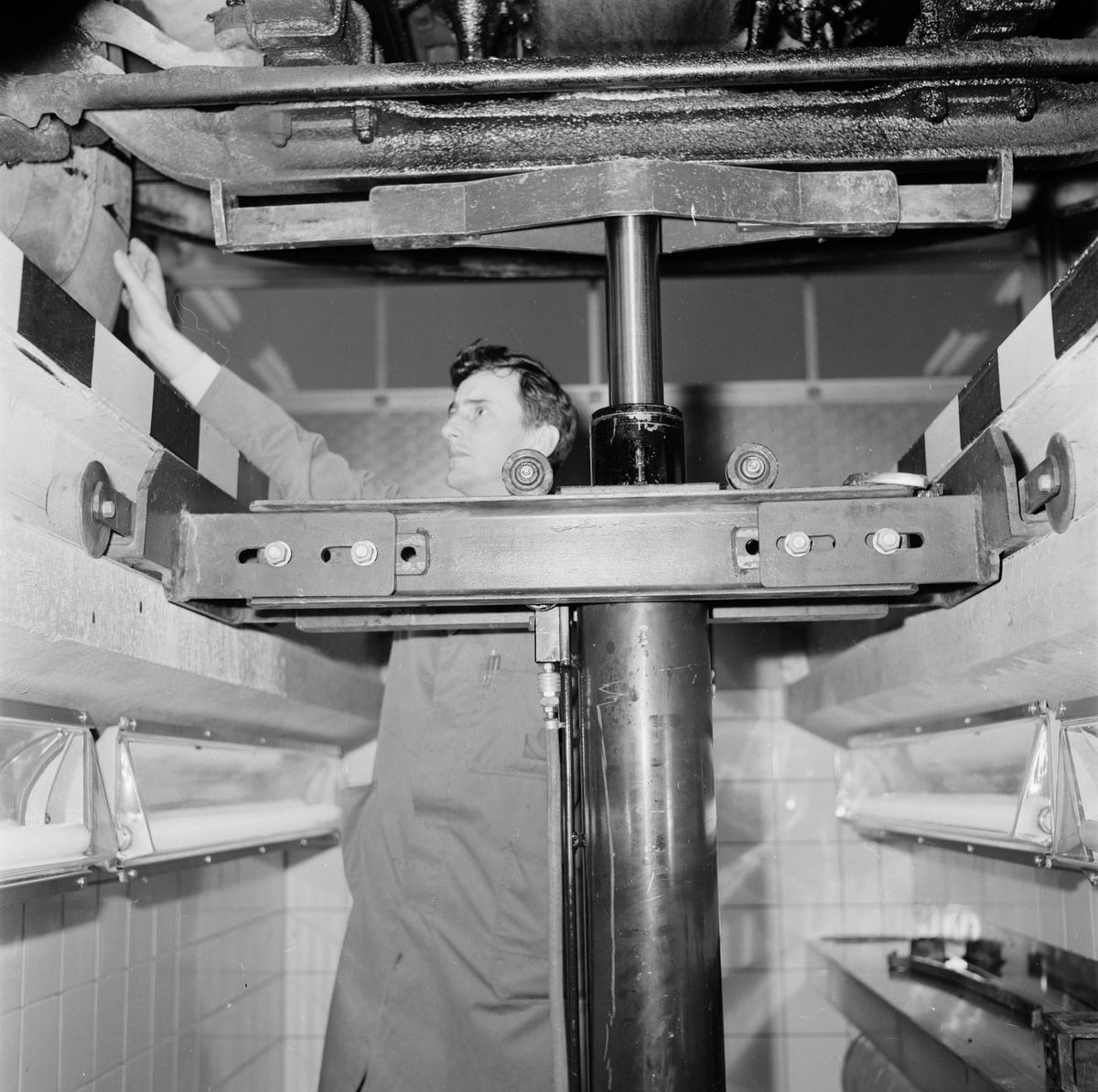 """""""Tierps bilprovning modernast i landet"""" - stationschef Yngve Fernström vid den nya billyften, Uppland januari 1969"""