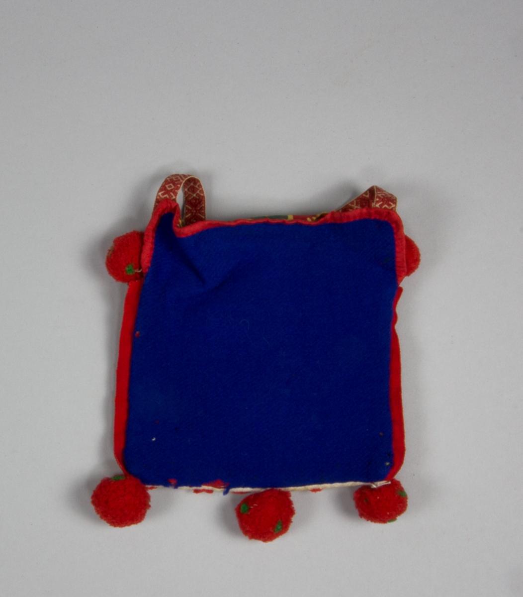 """Kjolsäck inspirerad av dräkt för kvinna från Rättviks socken, Dalarna. Modell med avskuret framstycke. Tillverkad av vitt fabriksvävt bomullstyg, med applikationer av kläde i rött och grönt, fastsydda med maskin och för hand. Centralt placerad hjärtblomma med mindre hjärtan och rundlar på sidorna. Broderi utfört med bomullsgarn i flera färger med sticksöm. Ovanför applikationen en smal remsa av rött kläde och ovanför den resterna av en """"grind"""" flätad av smala remsor vitt skinn och rött och grönt ullgarn. Kantning upptill av rött konstsilkeband, liksom på överstycket. En remsa rött kläde inlagd i sido- och bottensömmen. I bottensömmen sitter också tre bollar av huvudsakligen rött ullgarn. Foder och överstycke av bomullstyg med tryckt mönster på röd botten, kattun. Bakstycke av klarblått ylletyg. Axelband handvävt, med plockat mönster av rött ullgarn på vit botten. Vid bandets fästen på överstycket sitter två bollar av rött ullgarn."""