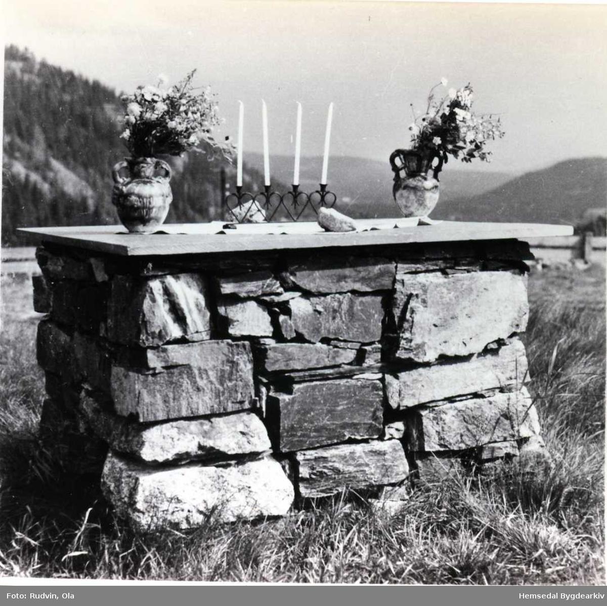 Steinalteret på Hemsedal stavkyrkjetomt, 1966 Minnehøgtid på stavkyrkjetomta 31. juli 1966.