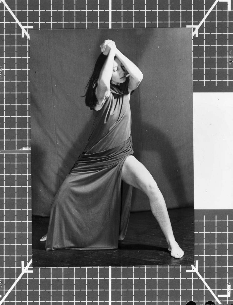Dansande Birgit Åkesson Birgit Åkesson dansar i draperande klänning. Bilden tagen i studio.