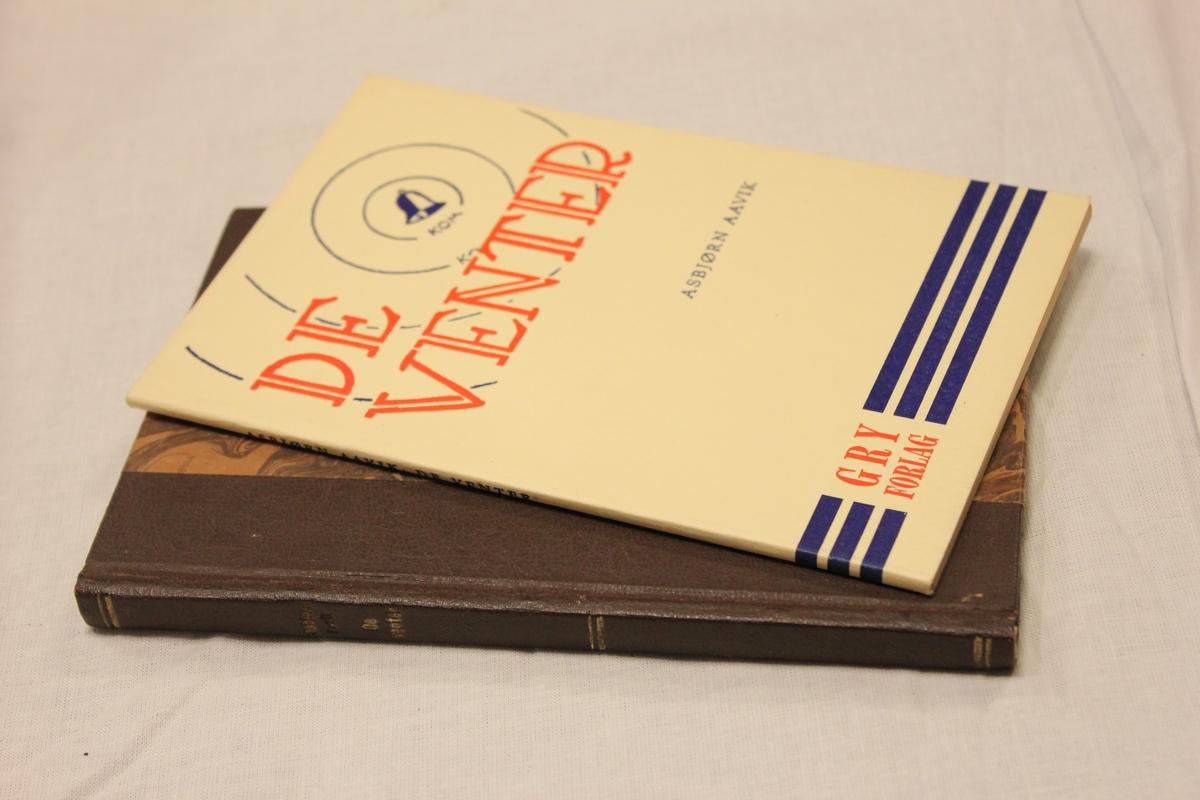 """Tittel: """"DE VENTER"""". Gry forlag. Mariendals boktrykkeri A/S. Gjøvik i 1963.  Bok A trykket i 8 opplag og var en gave til sine besteforeldre. Bok B Gry forlag. Oslo 1941. Trykket i 6 opplag og var en gave til Gulovna Giskedal."""