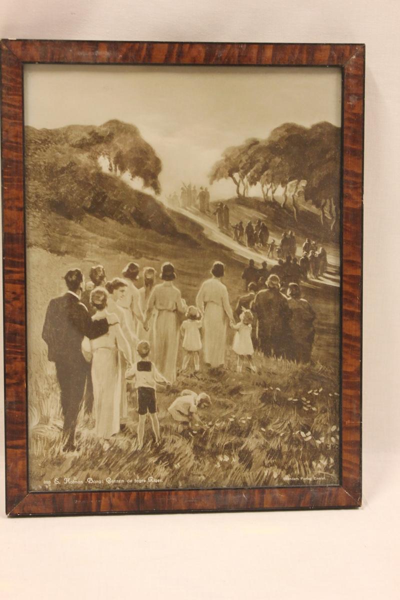 Foto av et bilde i enkel malt brun treramme. Det viser en flokk med mennesker mot noe lyst... Bildet er merket med: 998 E. Hofman Bang : Gennem de fagre Riger. Stenders Forlag Eneret.